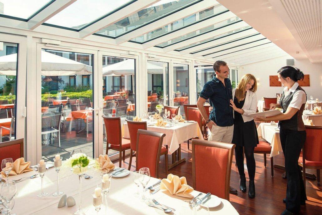 Tische Gastronomie am Weiher - Parkhotel Nümbrecht